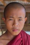 INLE湖,缅甸- 2014年11月30日:一个未认出的年轻Bu 免版税库存图片