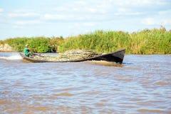 INLE湖,缅甸- 2015年11月23日:工作者运输 库存图片