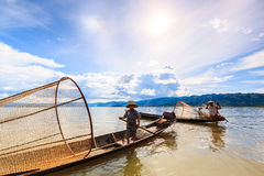INLE湖, MYANMAR-AUGUST 24 :渔夫抓鱼 库存图片