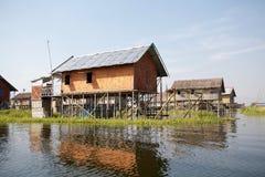 湖的Inle缅甸传统木高跷房子 库存图片