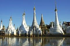 inle jeziorni stupas Myanmar Fotografia Stock
