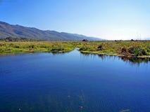 Inle jeziorny Myanmar z niebieskim niebem nad jeziorem Zdjęcia Royalty Free