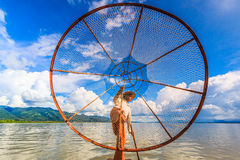 INLE jezioro, MYANMAR-AUGUST 24: Rybaków chwytów ryba Fotografia Royalty Free