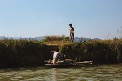 Inle jezioro, Myanmar: FEB 25, 2014: Intha ludzie, kobieta i dziecko, Zdjęcia Stock
