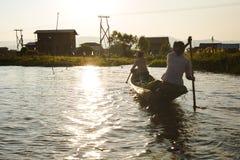 Inle jezioro, Myanmar: FEB 25, 2014: Intha ludzie, kobieta i dziecko, Fotografia Stock