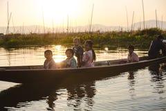 Inle jezioro, Myanmar: FEB 25, 2014: Intha ludzie, kobieta i dziecko, Obraz Royalty Free