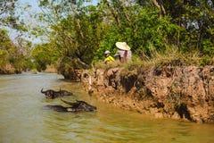 Inle jezioro, Myanmar: FEB 25, 2014: Intha ludzie, mężczyzna i dziecko, wo Obraz Royalty Free