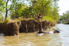 Inle jezioro, Myanmar: FEB 25, 2014: Intha ludzie, mężczyzna i dziecko, wo Obrazy Royalty Free