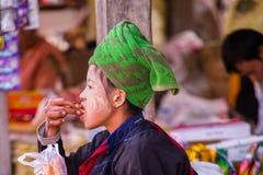 INLE jezioro MYANMAR, Grudzień, - 01, 2014: niezidentyfikowana dziewczyna wewnątrz Zdjęcia Royalty Free