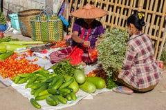 INLE jezioro MYANMAR, Grudzień, - 01, 2014: niezidentyfikowana kobieta wewnątrz Zdjęcia Royalty Free