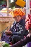 INLE jezioro MYANMAR, Grudzień, - 01, 2014: niezidentyfikowana kobieta wewnątrz Zdjęcia Stock