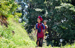INLE jezioro, MYANMAR WRZESIEŃ 26, 2016: Niezidentyfikowana burmese kobieta jest ubranym tradycyjną odzież Zdjęcie Stock