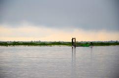 INLE jezioro, MYANMAR WRZESIEŃ 20, 2016: Sylwetki lokalny rybaka połów dla jedzenia przy wschodem słońca zdjęcie royalty free