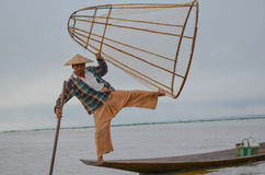 INLE, L'ÉTAT SHAN, MYANMAR 20 SEPTEMBRE 2016 : Pêcheur birman traditionnel avec le filet de pêche dans le lac Inle au lever de so Photo stock