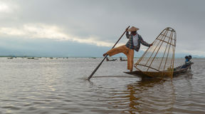 INLE, L'ÉTAT SHAN, MYANMAR 20 SEPTEMBRE 2016 : Pêcheur birman traditionnel avec le filet de pêche dans le lac Inle au lever de so Photo libre de droits