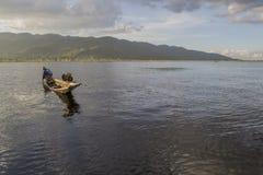 Inle lago Myanmar 10 de noviembre de 2014 - pesca en el lago, Fotografía de archivo