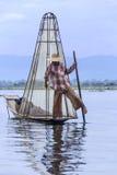 Inle Lake - lägga benen på ryggen roddfiskaren - Myanmar Arkivfoton