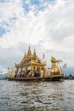 INLE-LAKE MYANMAR - OKTOBER 06 2014: Festivalen av den Phaung Daw Oo pagoden på Inle sjön är en gång om året ros ceremonially run Arkivbild