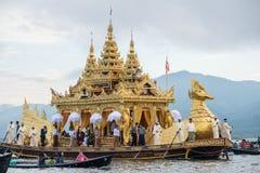 INLE-LAKE MYANMAR - OKTOBER 06 2014: Festivalen av den Phaung Daw Oo pagoden på Inle sjön är en gång om året ros ceremonially run Royaltyfria Bilder