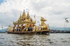 INLE-LAKE MYANMAR - OKTOBER 06 2014: Festivalen av den Phaung Daw Oo pagoden på Inle sjön är en gång om året ros ceremonially run Royaltyfri Bild