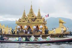 INLE-LAKE MYANMAR - OKTOBER 06 2014: Festivalen av den Phaung Daw Oo pagoden på Inle sjön är en gång om året ros ceremonially run Royaltyfri Fotografi