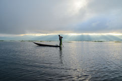 INLE, LO STATO SHAN, MYANMAR 20 SETTEMBRE 2016: Pescatore birmano tradizionale con rete da pesca nel lago Inle ad alba Immagine Stock