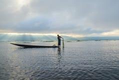 INLE, LO STATO SHAN, MYANMAR 20 SETTEMBRE 2016: Pescatore birmano tradizionale con rete da pesca nel lago Inle ad alba Fotografie Stock Libere da Diritti