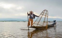 INLE, LO STATO SHAN, MYANMAR 20 SETTEMBRE 2016: Pescatore birmano tradizionale con rete da pesca nel lago Inle ad alba Immagine Stock Libera da Diritti