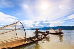 INLE-MEER, 24 MYANMAR-AUGUSTUS: De vissen van vissersvangsten Stock Afbeelding
