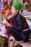 INLE-MEER, MYANMAR - December 01, 2014: een niet geïdentificeerd meisje binnen Royalty-vrije Stock Afbeeldingen