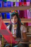INLE-MEER, MYANMAR - NOVEMBER 30, 2014: een niet geïdentificeerd meisje van Royalty-vrije Stock Foto's