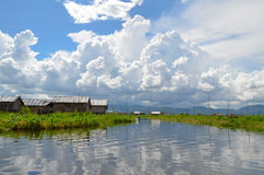 INLE-MEER, MYANMAR- 26 SEPTEMBER, 2016: Beroemde drijvende tuinen op het Inle-Meer Stock Foto's