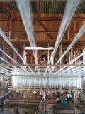 INLE, MYANMAR - 31 DEC: De niet geïdentificeerde vrouw weefde zijdestof door methode en machine traditioneel op 31 December, 2010 Royalty-vrije Stock Afbeeldingen