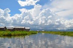 INLE-SEE, MYANMAR 26. SEPTEMBER 2016: Berühmte sich hin- und herbewegende Gärten auf dem Inle See Stockfotos