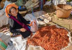 INLE-SEE, SHAN-STAAT, MYANMAR 23. SEPTEMBER 2016: Birmanischer Frauenverkauf frisch und Trockenstoffe am Freitag-Markt lizenzfreie stockfotos