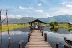 Inle sjö, bro på den min Thauk byn Arkivbilder