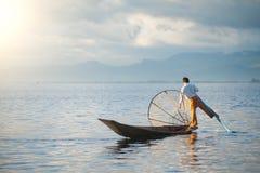 INLE-SJÖ, MYANMAR - DEC 12' 2010: Intha fiskare i Inle Arkivbild