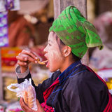 INLE-SJÖ, MYANMAR - December 01, 2014: en oidentifierad flicka in Royaltyfri Bild