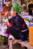 INLE-SJÖ, MYANMAR - December 01, 2014: en oidentifierad flicka in Arkivfoton