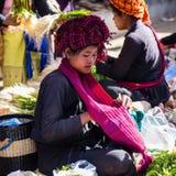 INLE-SJÖ, MYANMAR - December 01, 2014: en oidentifierad kvinna in Royaltyfri Fotografi