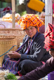 INLE-SJÖ, MYANMAR - December 01, 2014: en oidentifierad kvinna in Arkivfoton