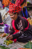 INLE-SJÖ, MYANMAR - December 01, 2014: en oidentifierad kvinna in Arkivbilder