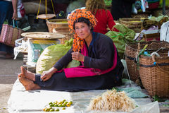 INLE-SJÖ, MYANMAR - December 01, 2014: en oidentifierad kvinna in Arkivfoto