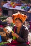 INLE-SJÖ, MYANMAR - December 01, 2014: en oidentifierad kvinna in Arkivbild