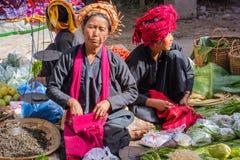 INLE-SJÖ, MYANMAR - December 01, 2014: tre oidentifierade kvinnor Royaltyfria Bilder