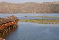 INLE-SJÖ, MYANMAR - FEBRUARI 19, 2011 - skymning som svävar stugor av Hu Royaltyfria Foton