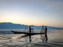 INLE-SJÖ, MYANMAR - JANUARI 20, 2017: Burmese fiskarecatchin Royaltyfri Foto