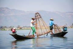 INLE-SJÖ, MYANMAR - JANUARI 20, 2017: Burmese fiskarecatchin Royaltyfria Foton