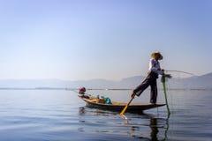 INLE-SJÖ, MYANMAR - JANUARI 20, 2017: Burmese fiskarecatchin Arkivfoto