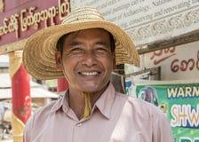 Inle sjö, Myanmar -17 mars 2015: Burmese flaskor för flickasorteringplast- Inle sjö Arkivfoto